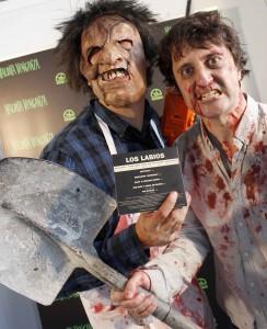 David Chamizo (Leatherface) y Chema Álvarez (Jose) posando con el CD de Los Labios